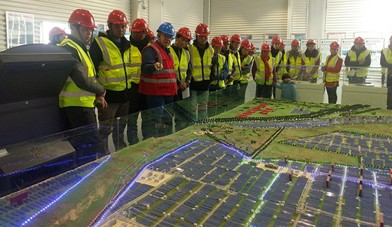 在展厅听取企业负责人对黄河公司光伏产业发展规划情况介绍.jpg