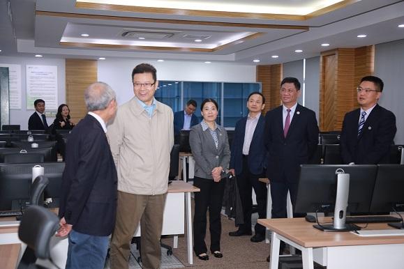钱智民在人才学院调研时,查看学院核电仿真教室。.jpg